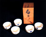 Set of five tea cups with box By Deiryu (1895-1954) - Cups: stoneware with underflaze cobalt blue decoration -- Each cup: diameter 9 cm -- Private colleciton